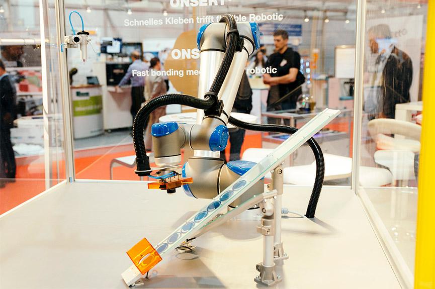 ONSERT® Klebetechnologie mit einem kollaborierenden Roboter auf der Hannover Messe 2017