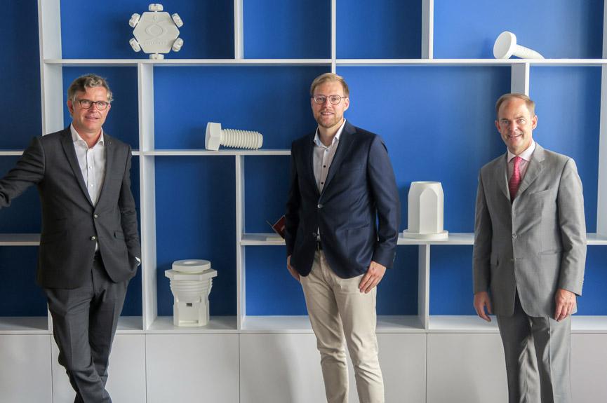 Marcel Rösner (Mitte), Geschäftsführer der Archimedes New Ventures, mit Wilhelm A. Böllhoff und Michael W. Böllhoff (v. l. n. r.), geschäftsführende Gesellschafter der Böllhoff Gruppe