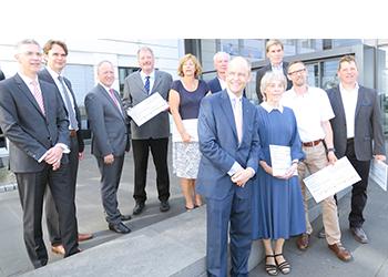 v.l.n.r.: Dr. Bunte, F. Nientiedt, Dr. Löffler, W. Düwel (Böllhoff), B. Brune (Ärztl. Beratungsstelle), Dr. Worms (Bielefelder Bürgerstiftung), M. Böllhoff, Schwester Fischer (Haus Salem), W. Zinram, M. Wittenbrock und F. Kurzendörfer (SV Brackwede)